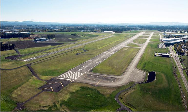 La Pista 13R-31L y su área de seguridad en el Aeropuerto de Hillsboro